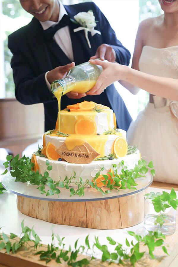ウエディングケーキにオレンジソースを